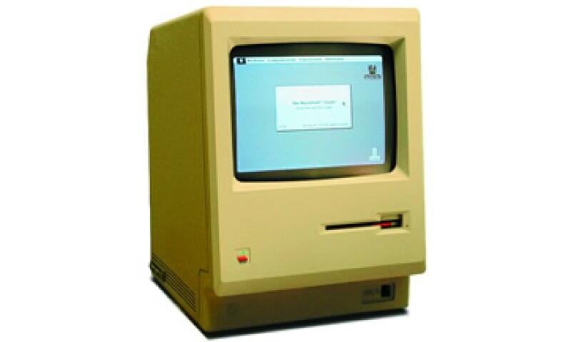 La primera computadora Macintosh fue lanzada al mercado en enero de 1984; su innovación consistió en darle al usuario la posibilidad de procesar documentos y gráficos sin la necesidad de programarla. (Foto: Especial)