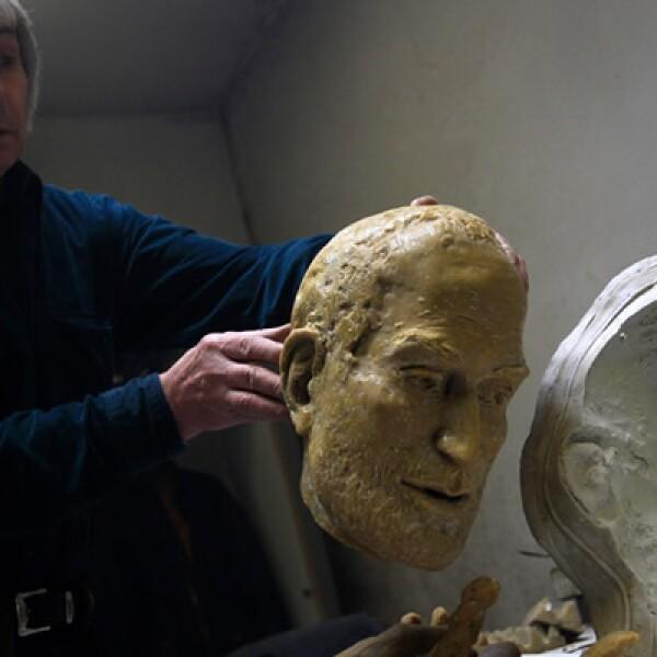 El escultor realizó cinco moldes para capturar la esencia del empresario tecnológico.