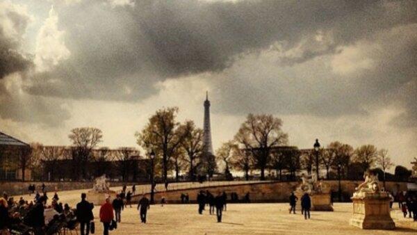 Alexa Chung publicó está foto de su viaje por París. Tuileries no podría verse más bonito.
