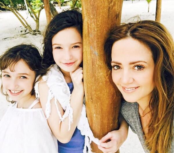 Andrea con sus hijas Mía y Nina en Holbox.
