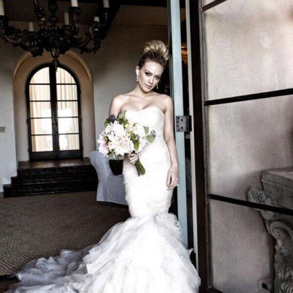 Hilary Duff: La actriz escogió un modelo en forma sirena, con escote palabra de honor. Para su beauty look eligió un top bun.