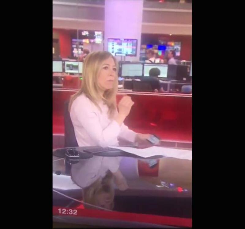 El lunes, una reportera de BBC News fue captada justo en el momento en que estaba revisando su teléfono, sin darse cuenta de que estaba al aire.