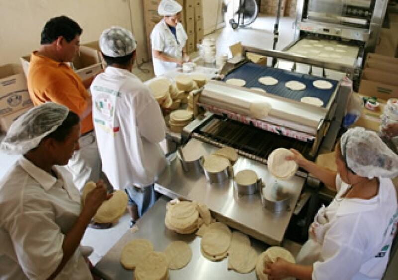 El alza al precio de la tortilla a principios del 2007 tuvo repercusiones sociales importantes en México. (Foto: AP)