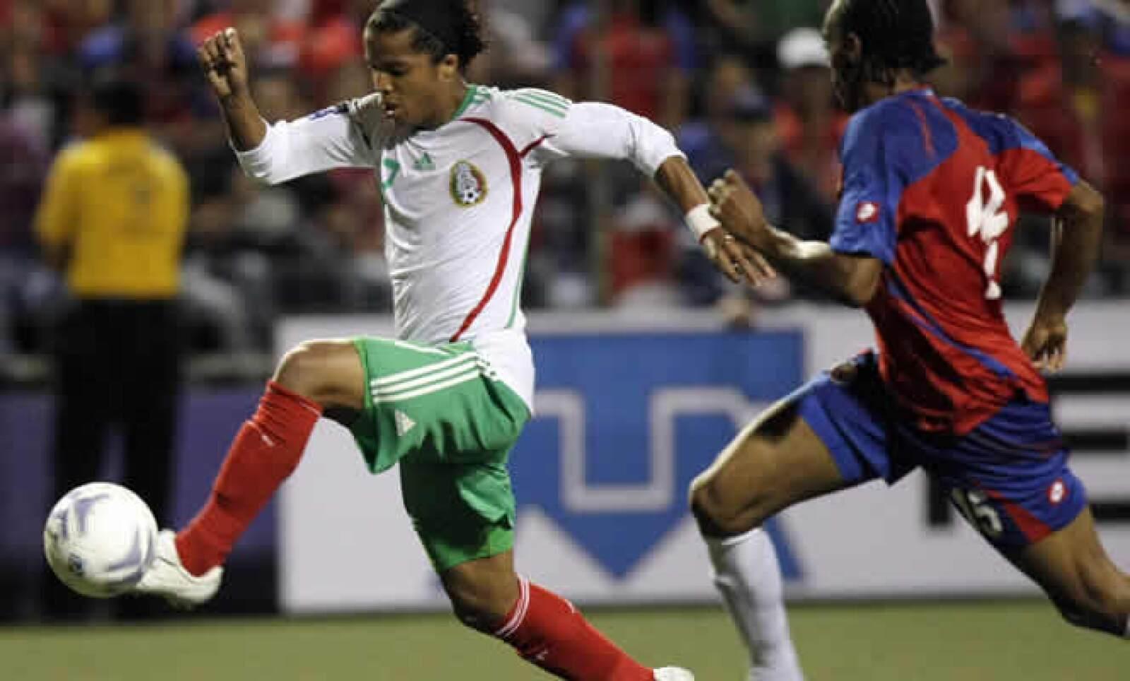 El delantero mexicano entrena con el equipo dueño de su carta, el Tottenham de Inglaterra.