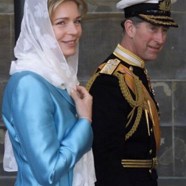 El príncipe Carlos de Inglaterra escoltó a Noor durante la llegada a la boda de Guillermo y Máxima de Holanda en 2002.
