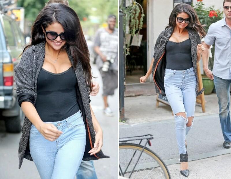 En estas imágenes puede apreciarse el aumento de tallas del busto de Selena.