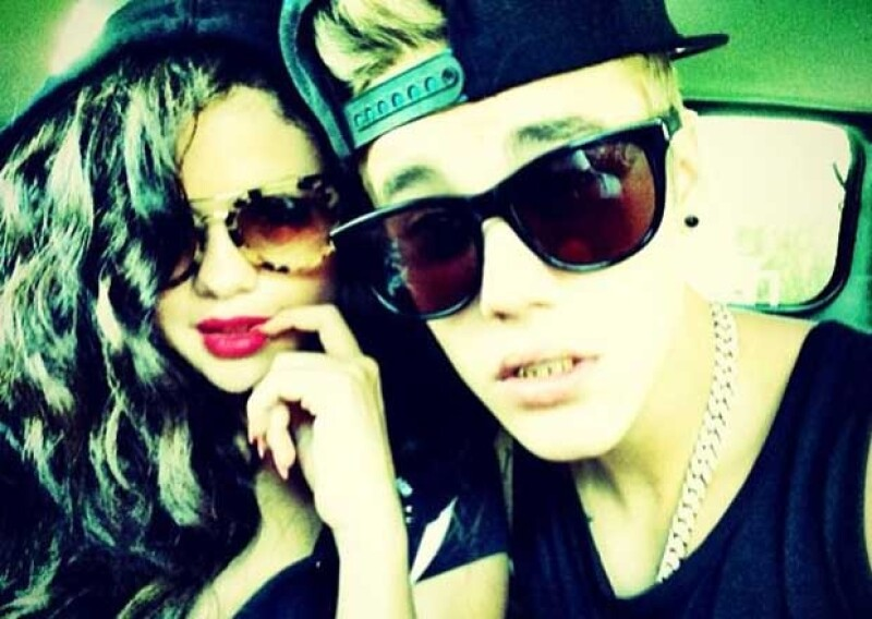 En esta foto con Selena Gomez, Justin presumió sus parrillas dentales valuadas en 100 mil dólares.