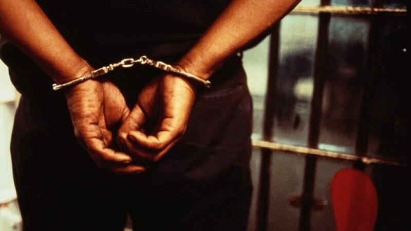 un preso atado de manos