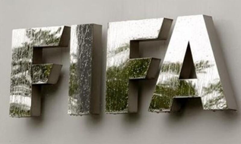 La FIFA creará un fondo de 100 millones de dólares para asegurar los salarios de los futbolistas que participan con sus selecciones nacionales. (Foto: Reuters)