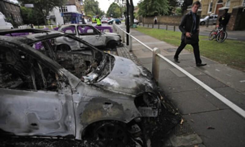 La muerte de un hombre el fin de semana a manos de policías londinenses desató disturbios e incendios en comercios, autos, contenedores de basura y edificios. (Foto: AP)