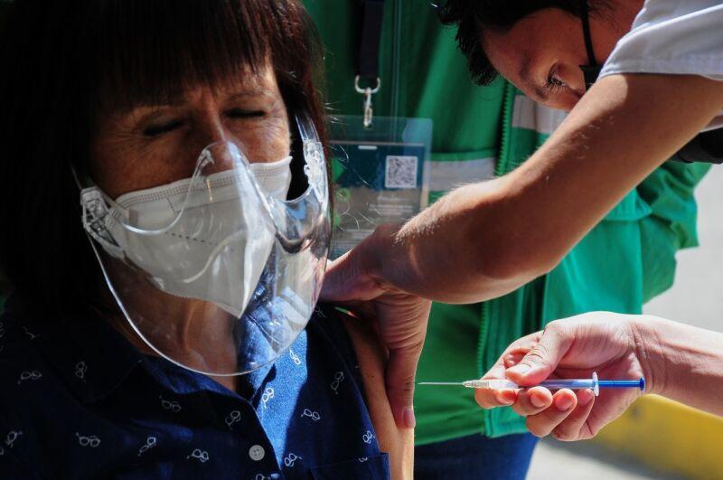 Una adulta mayor es vacunada contra el Covid-19 en la Alcaldía Miguel Hidalgo.