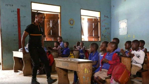 Maestro baila para enseñar a sus alumnos en Ghana
