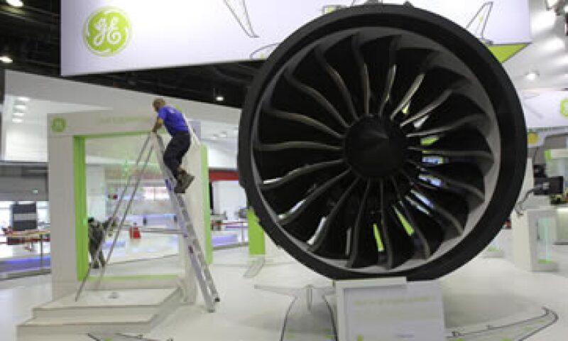Un empleado le da los toques finales a la exhibición de un motor GEnx, de General Electric, en la muestra parisina que inicia este lunes 20 de junio. (Foto: AP)