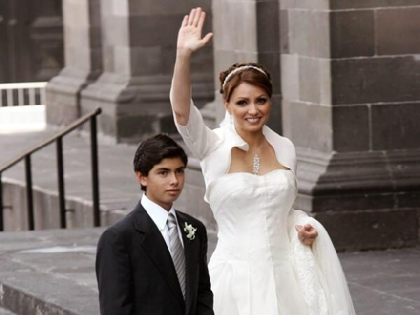 Angélica llegó acompañada de Alejandro Peña quien la acompañaría por el pasillo hasta el altar.