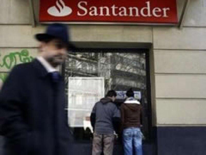 El grupo español Santander fue demandado en EU por las pérdidas que registró en el fraude de Bernard Madoff. (Foto: Reuters)