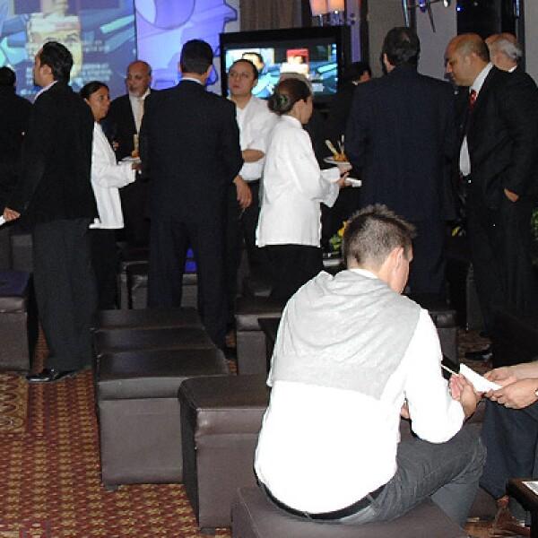 Invitados, especialistas y amigos, chocaron copas de vino para celebrar la noche.