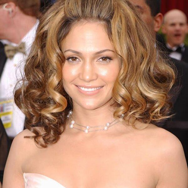 Jennifer Lopez- Caireles extragrandes, la mitad  suelto la mitad recogido, el pelo de J´Lo acaparó la atención porque ni ella puede distinguirse en medio de tanto volumen.