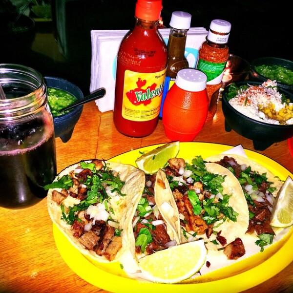 Tacos de carnitas con salsa, un manjar de dioses que no puede faltar en la dieta festiva.