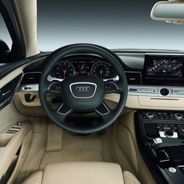 El vehículo cuenta con una pantalla táctil con GPS, sonido de ocho bocinas Bose e Internet integrado.