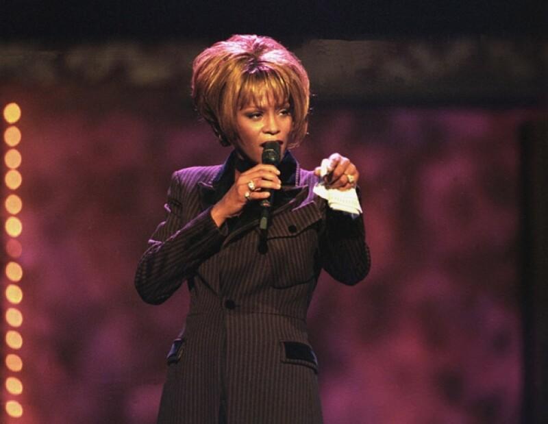 Whitney Houston no pudo vencer la batalla contra las drogas y ayer perdió la vida a los 48 años de edad.