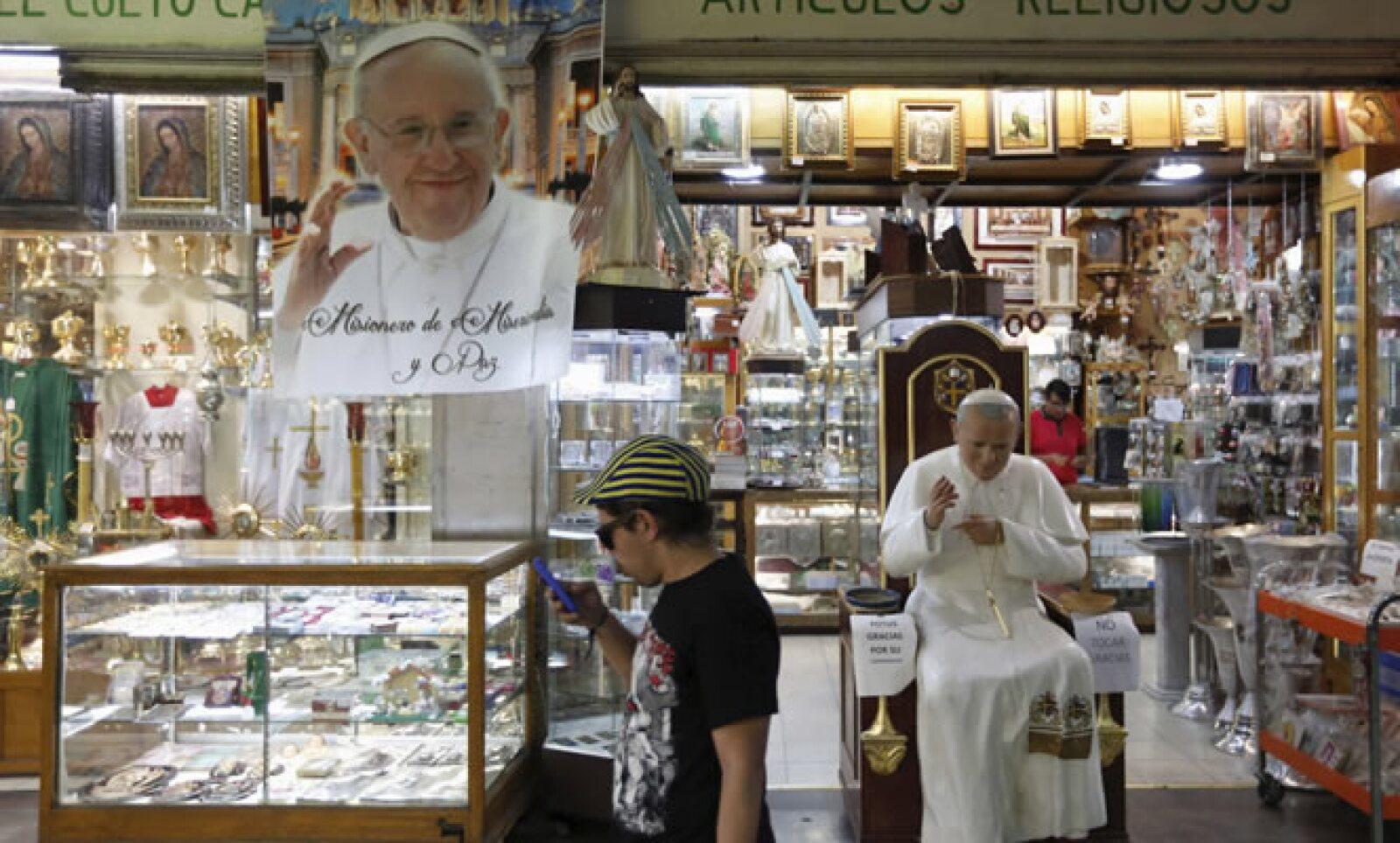 Ya sean medallas, imágenes o rosarios, las tiendas religiosas se llenaron de objetos alusivos para la visita pastoral.