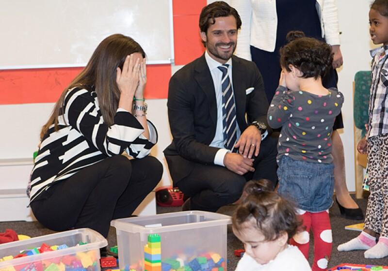 Los príncipes se mostraron cariñosos con los niños refugiados.