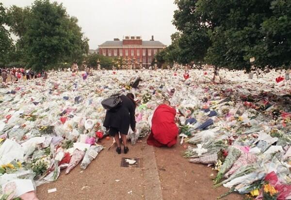 Miles de personas llevaron flores en memoria de Diana.
