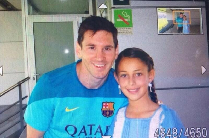Como parte de su trabajo, la periodista deportiva tuvo acceso a una charla con el jugador del Barcelona, en la que su hija María Inés, quien lo admira, pudo convivir y tomarse una foto con él.