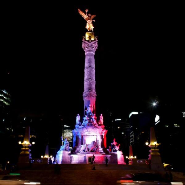 El Ángel de la Independencia fue iluminado la noche de este viernes con los colores franceses.