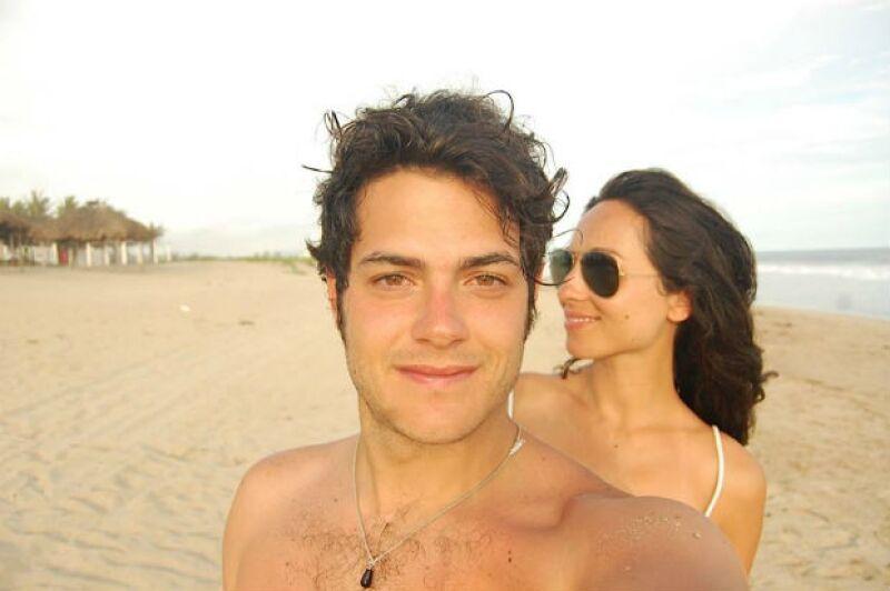 Alfonso Dosal y su pareja Solana Azulay en uno de sus últimos viajes a la playa.