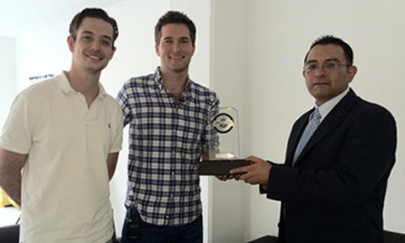 El director general de Petsy, Pablo Pedrejón y su socio reciben el galardón. (Foto: Héctor Cuevas)