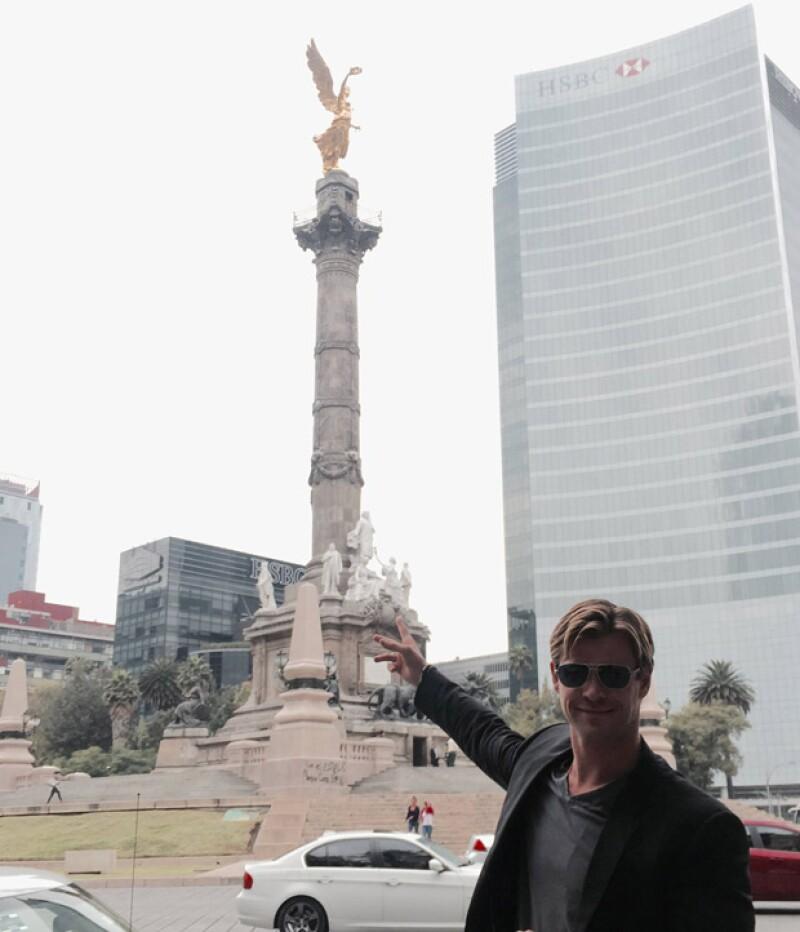 Sólo bastó una imagen de Chris Hemsworth paseando por Reforma para que miles de fanáticos comentaran y dieran &#39like&#39 a su publicación en redes sociales.