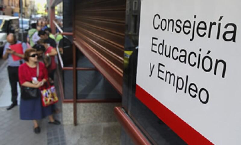 Actualmente cerca de 250,000 españoles exigen el pago de 400 euros mensuales. (Foto: AP)