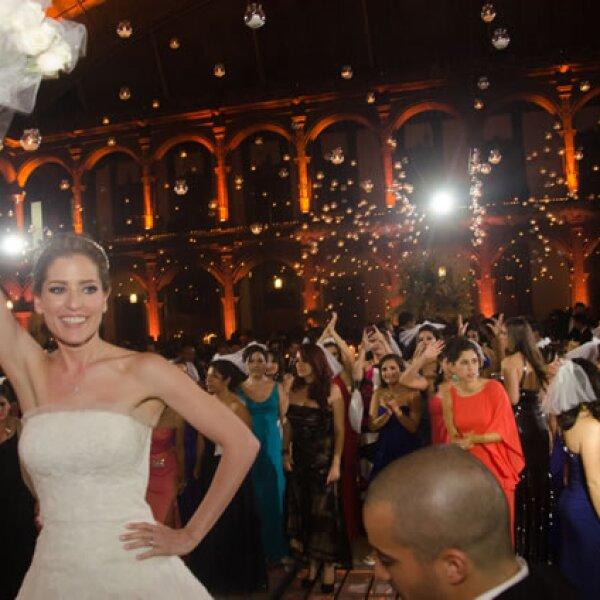María Inés en el momento de lanzar el ramo de novia.