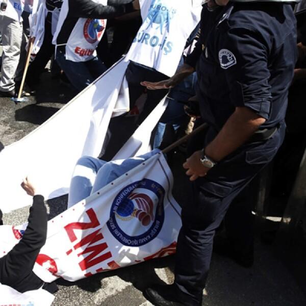 Manifestantes y la Policía antidisturbios se enfrentaron durante una manifestación en el centro de la ciudad de Turquía.