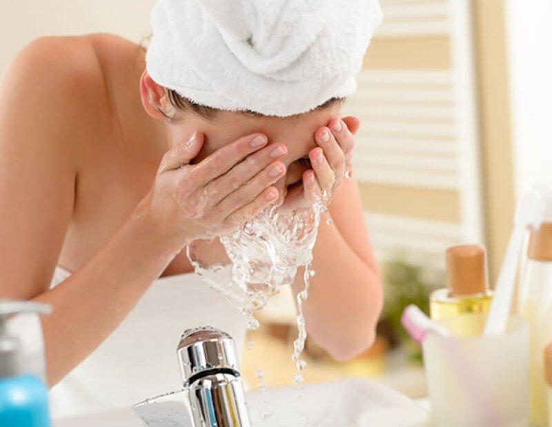 Es necesario lavarte y exfoliarte bien la cara para eliminar las partículas de la contaminación.