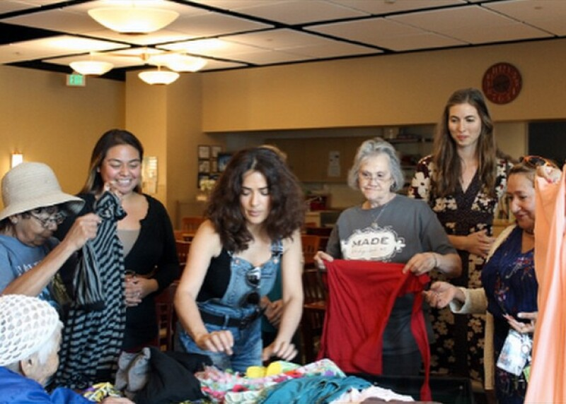 La actriz acudió promueve varias causas, entre ellas el donar la ropa a personas necesitadas.