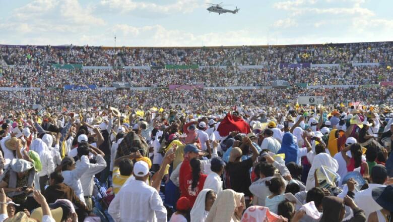 Miles de personas en el estadio Víctor Manuel Reyna en Tuxtla Gutiérrez observan el helicóptero papal.