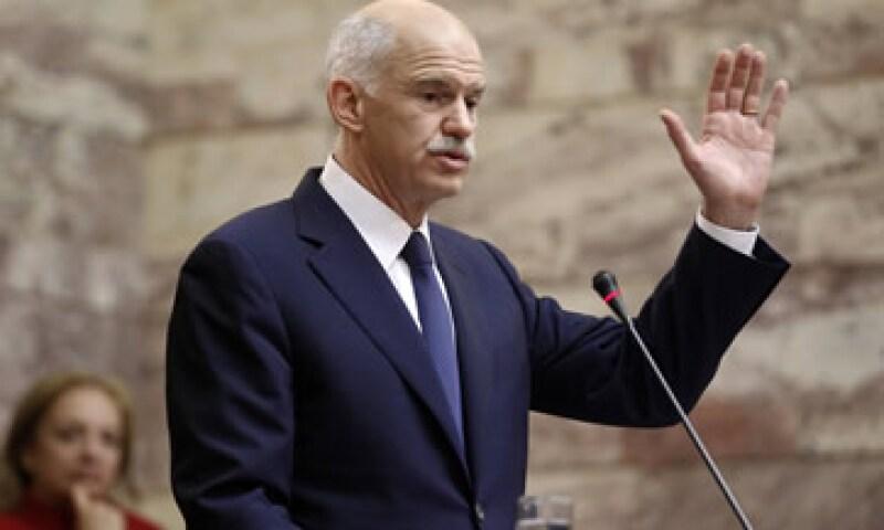 Papandreou sorprendió a sus socios de la zona euro al anunciar a un referendo para consultar sobre el paquete. (Foto: Reuters)