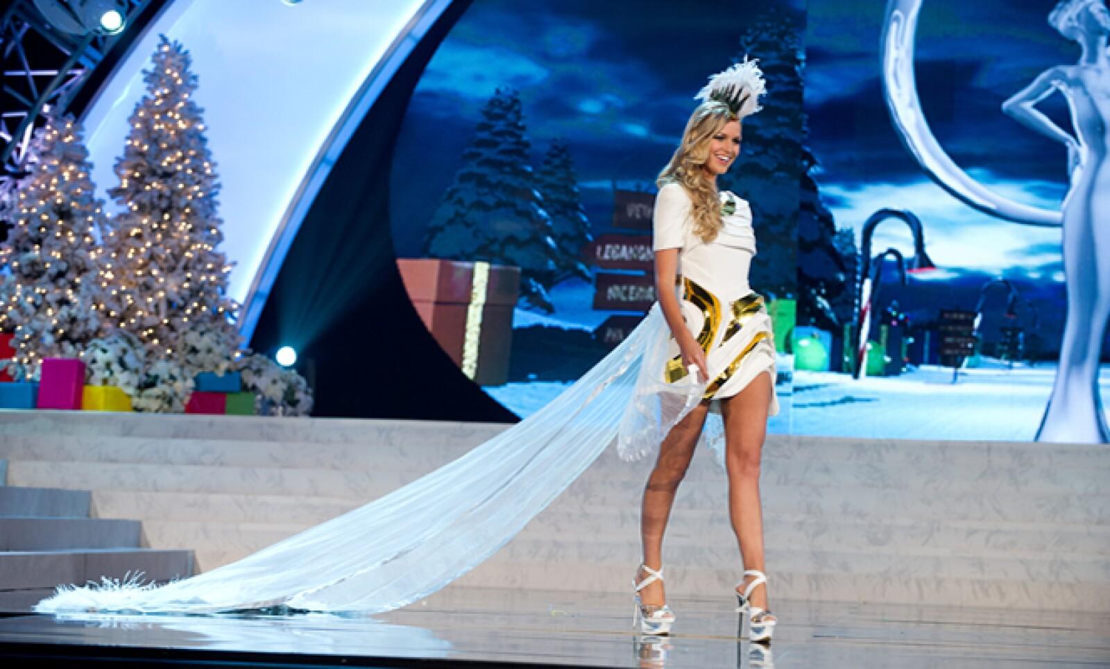Miss Australia 2012, Renae Ayris, camina por la pasarela con su estilizado traje regional.