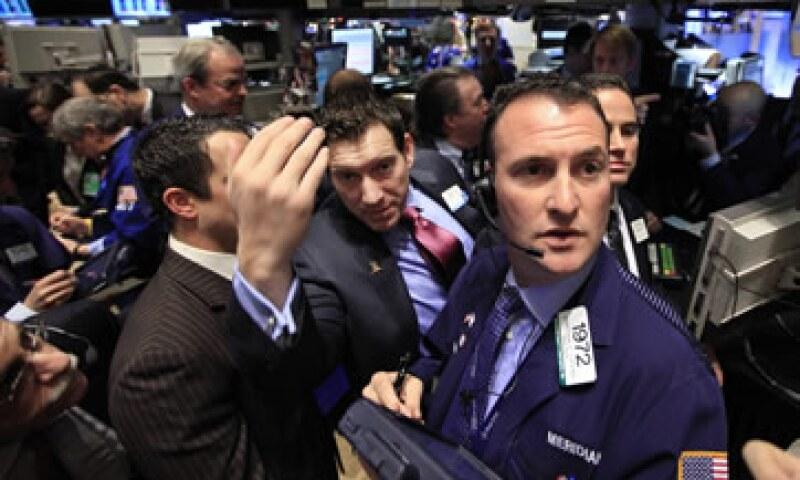 Los mercados accionarios de EU operan con fuertes ganancias a media sesión del martes. (Foto: Reuters)