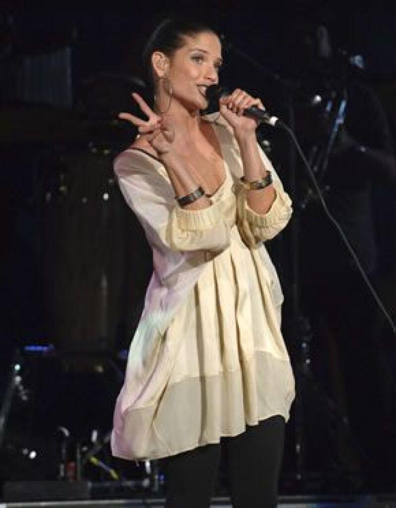 El grupo incluyó un tema grabado con Marc Anthony