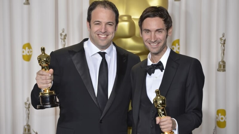 Malik Bendjelloul, (derecha), el ganador del Oscar por mejor documental, murió repentinamente el martes en Estocolmo