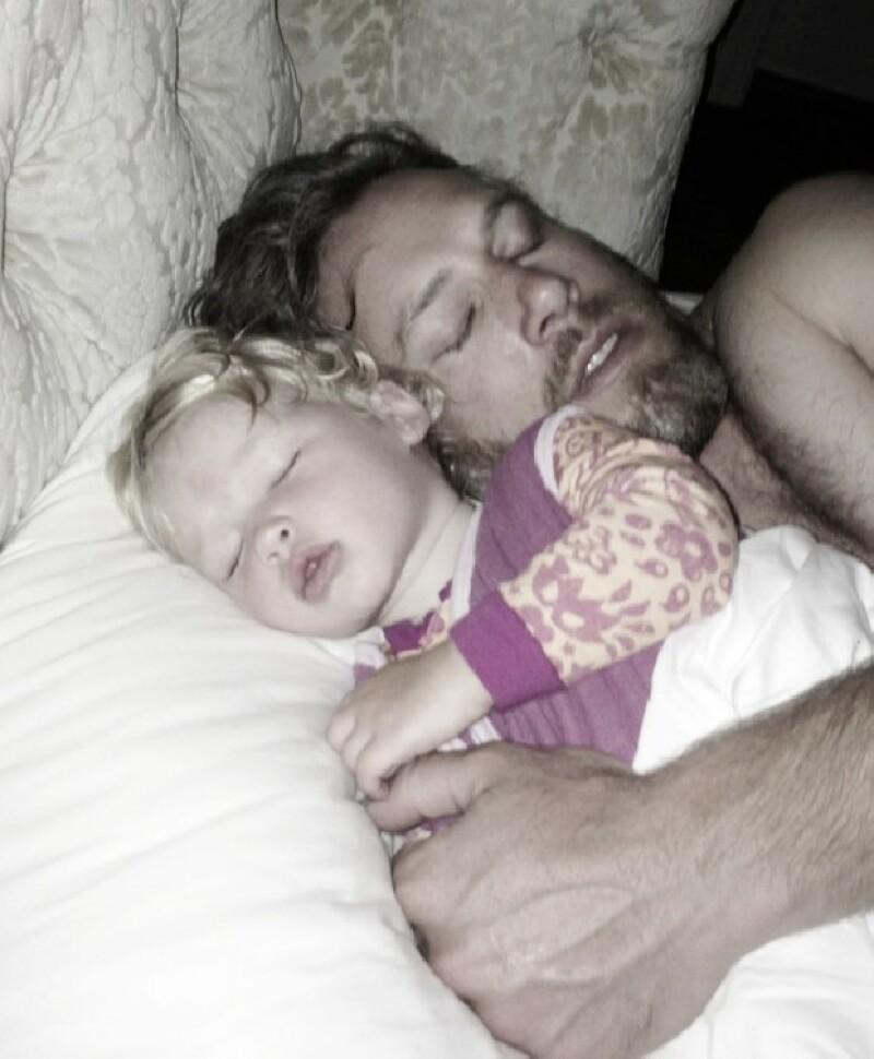 A un mes de tener a su segundo bebé, la diseñadora compartió esta tierna imagen de su prometido y su hija Maxwell durmiendo.