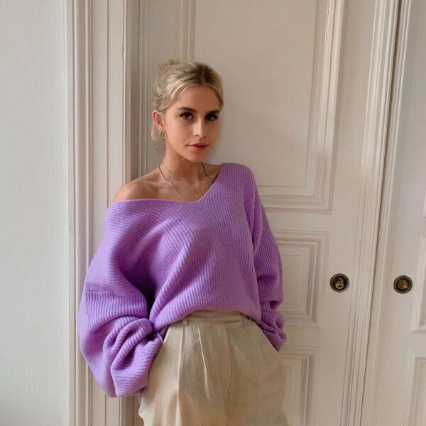 Definitivamente queremos el suéter color lila de Caro Daur para estar en casa