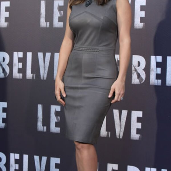 La actriz causó gran sensación en Roma con un ceñido vestido gris confeccionado en piel.