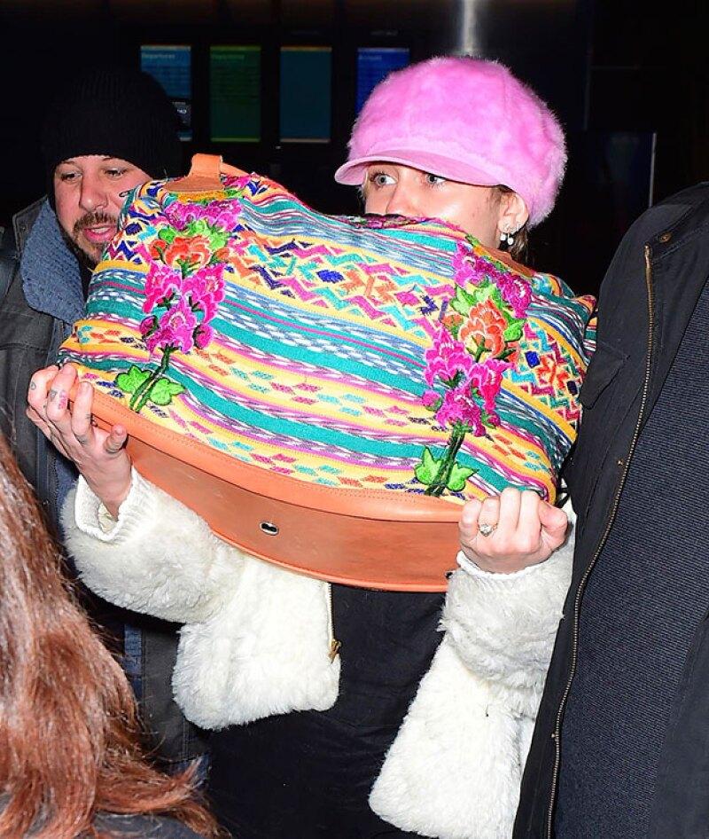 Primero se les vio juntos en Año Nuevo, luego dándose besos en un after party de los Golden Globes. Ahora, ella presume el anillo que le dio Liam hace varios años.