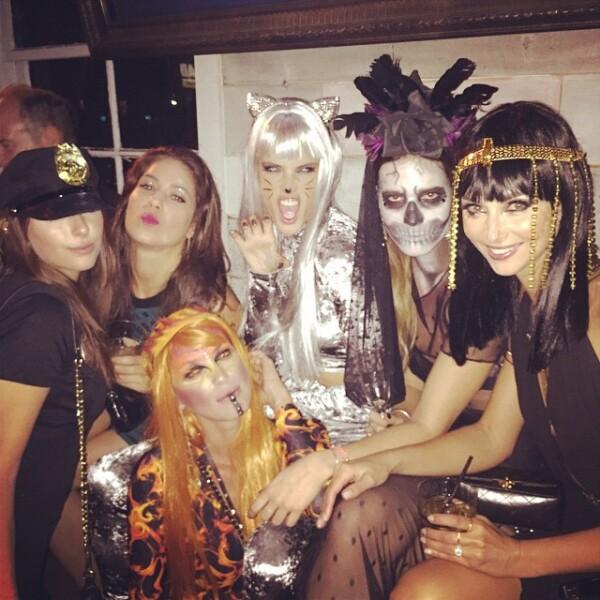 La súper modelo brasileña pasa este día al lado de sus amigas en el Pearls Liquor Bar, en Hollywood, California.