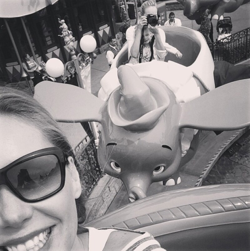 La pareja que está esperando a su segundo bebé y su hija de 2 años fueron captados en el parque de diversiones. Viajaron en compañía de la hermana de la columnista sus hijas.