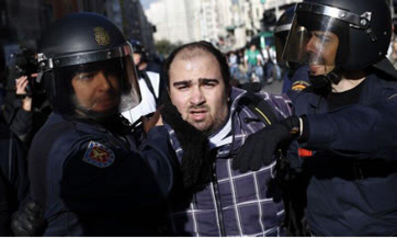 Testigos señalaron que la policía despejó a grupos de manifestantes en el centro de Madrid.  (Foto: Reuters)